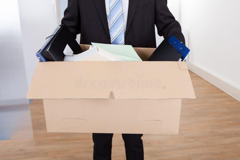Бизнесмен двигая вне с картонной коробкой стоковое изображение rf