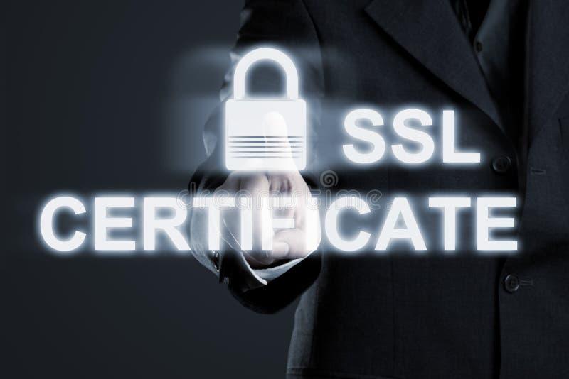 Бизнесмен включающ соединение сертификата ssl безопасное к интерну стоковая фотография rf