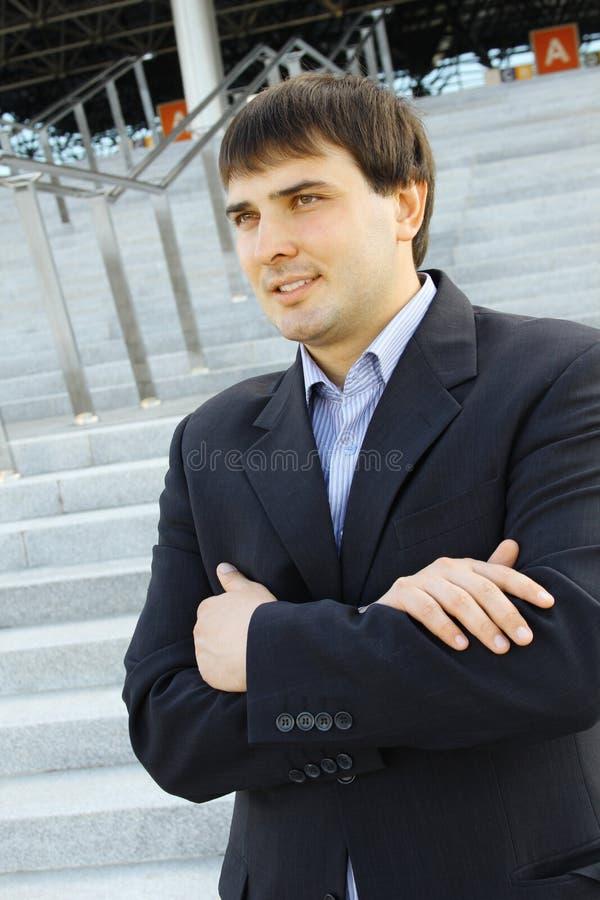 бизнесмен вне детенышей стоковое изображение rf