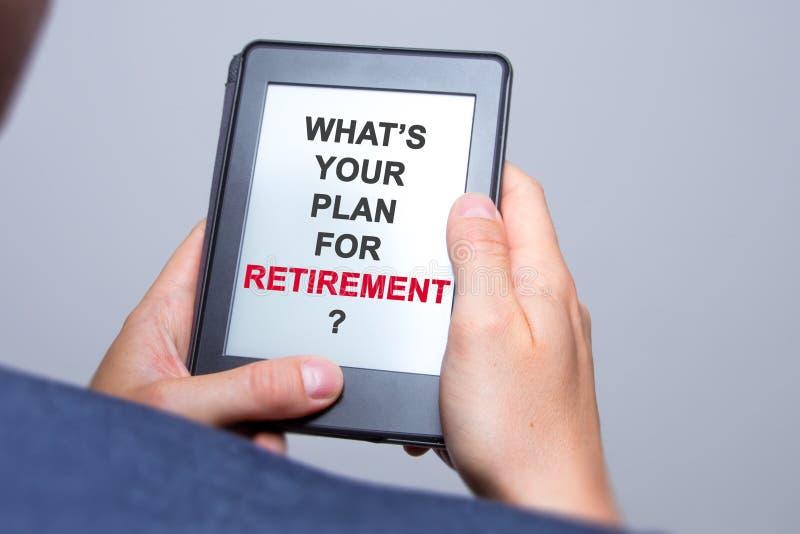Бизнесмен вручает держать таблетку с что ваш план для Retire стоковое изображение rf