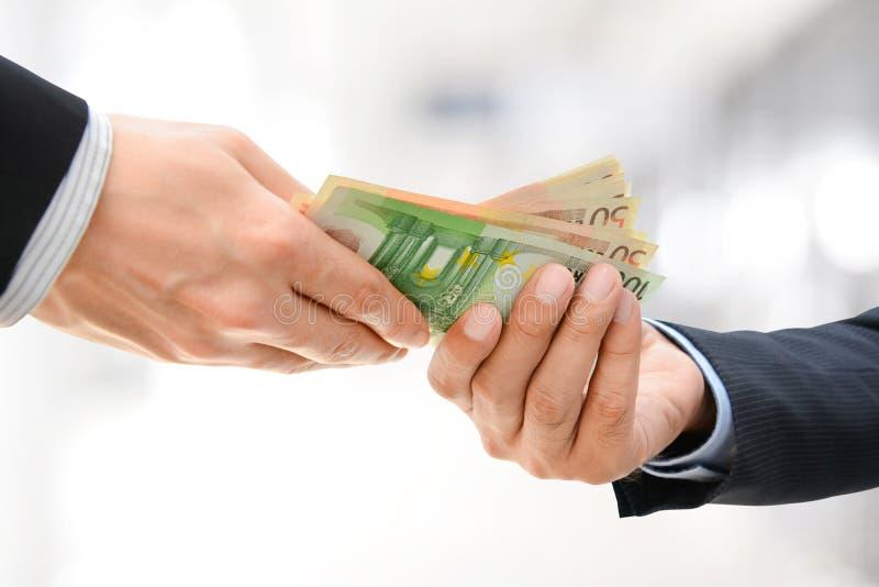 Бизнесмен вручает проходить деньги, валюту евро (EUR) стоковое фото rf