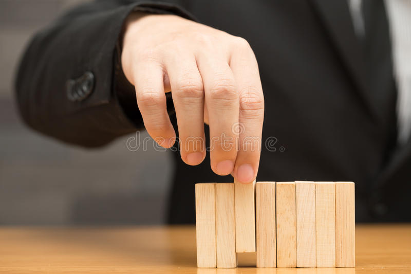 Бизнесмен выбирая деревянный блок, концепцию рекрутства стоковая фотография rf