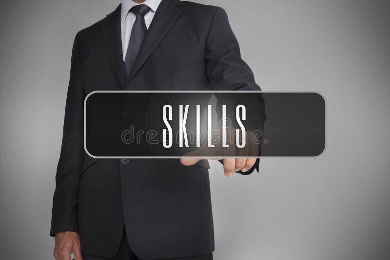 Бизнесмен выбирая ярлык при искусства написанные на ем стоковые фото