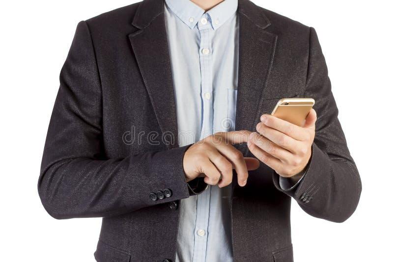 Бизнесмен вызывая телефоном изолированным на белой предпосылке Человек в конце-вверх делового костюма с smartphone в его крупном  стоковая фотография