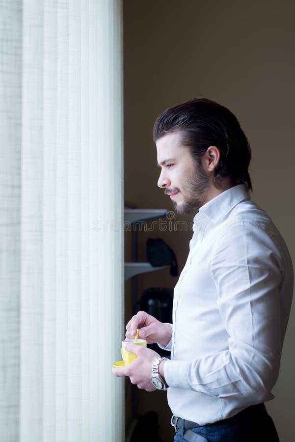 Бизнесмен выпивает кофе, офис стоковое изображение rf