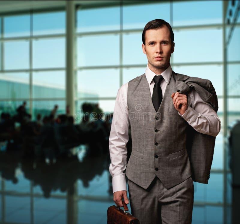 Бизнесмен в авиапорте стоковое изображение