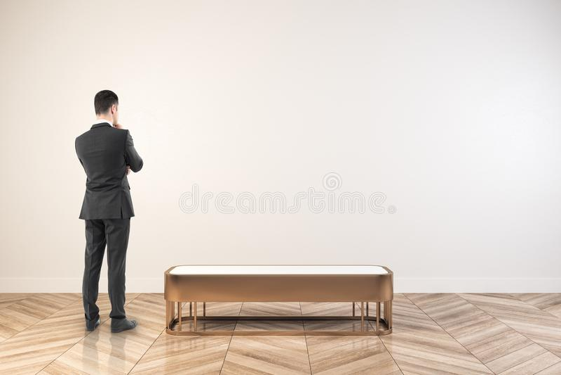 Бизнесмен в белом выставочном зале стоковое изображение rf