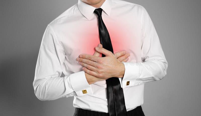 Бизнесмен в белых рубашке и связи держа его PA комода комода стоковые фото