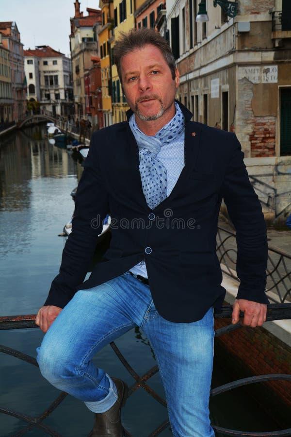 Бизнесмен в Венеции, на мосте стоковое фото rf