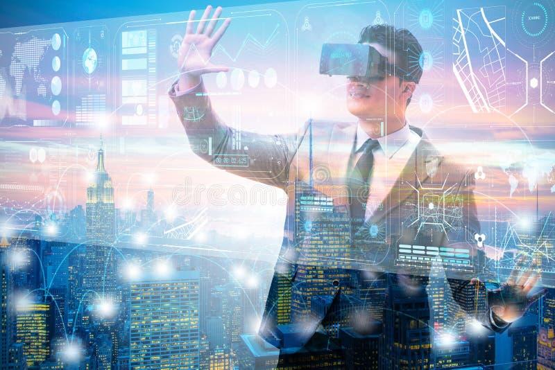 Бизнесмен в виртуальной реальности торгуя на фондовой бирже стоковая фотография rf