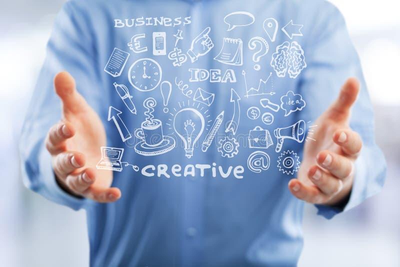 Бизнесмен в голубой рубашке держит иллюстрацию средств массовой информации стоковые изображения