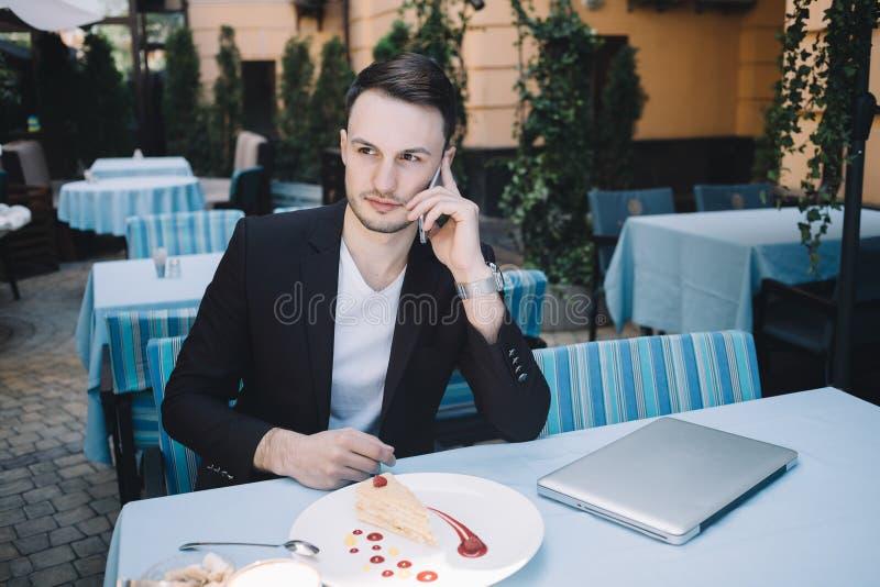 Бизнесмен в городе стоковое изображение rf