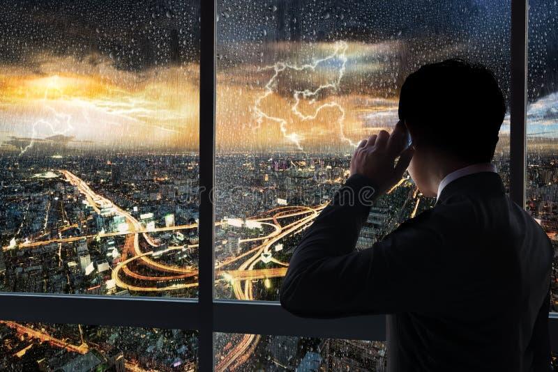 Бизнесмен в здании стоковое изображение