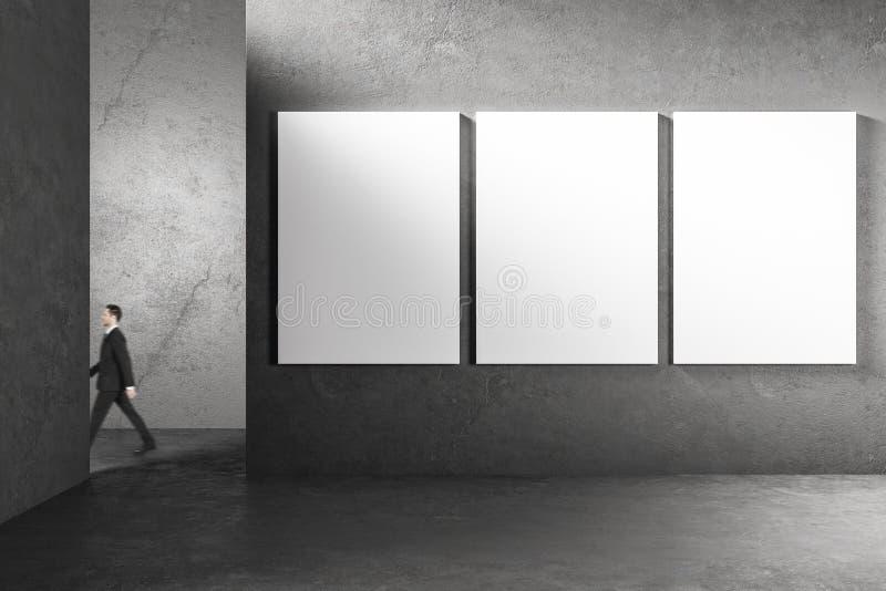 Бизнесмен в интерьере с пустой афишей стоковое изображение