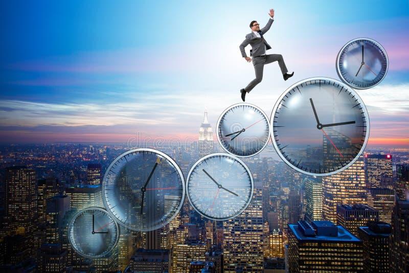 Бизнесмен в концепции контроля времени стоковая фотография rf