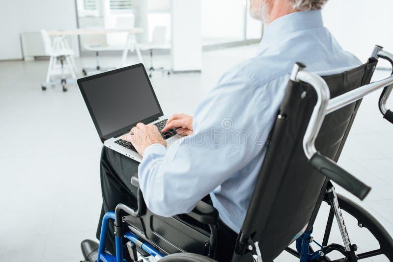 Бизнесмен в кресло-коляске стоковое изображение