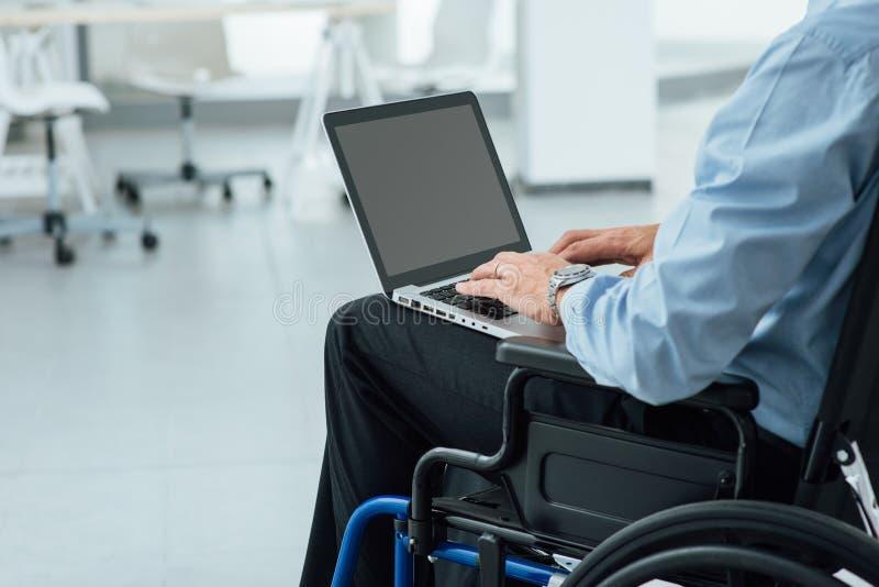 Бизнесмен в кресло-коляске стоковая фотография rf
