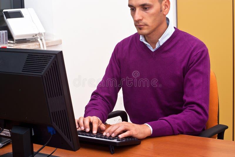 Бизнесмен в офисе стоковое фото rf