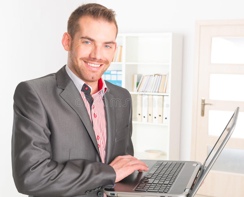 Бизнесмен в офисе стоковые фотографии rf