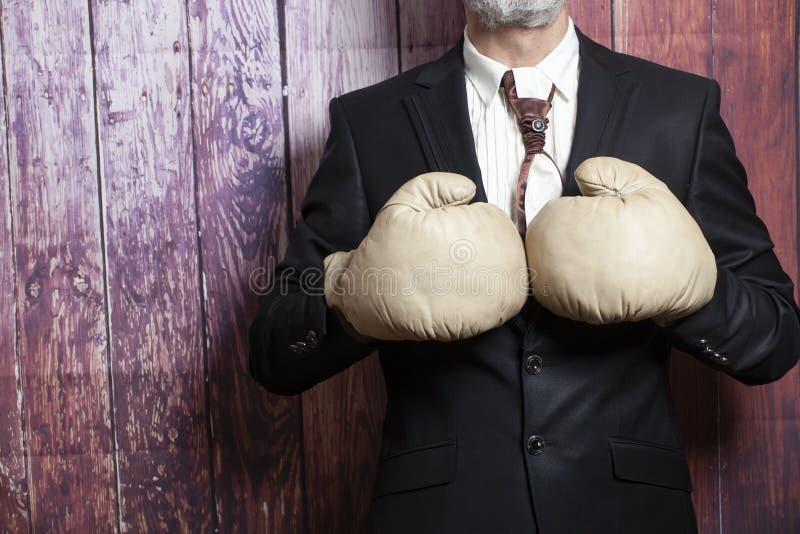 Бизнесмен в перчатках бокса стоковые фотографии rf