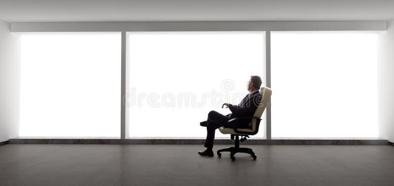 Бизнесмен в пустом офисе стоковая фотография rf