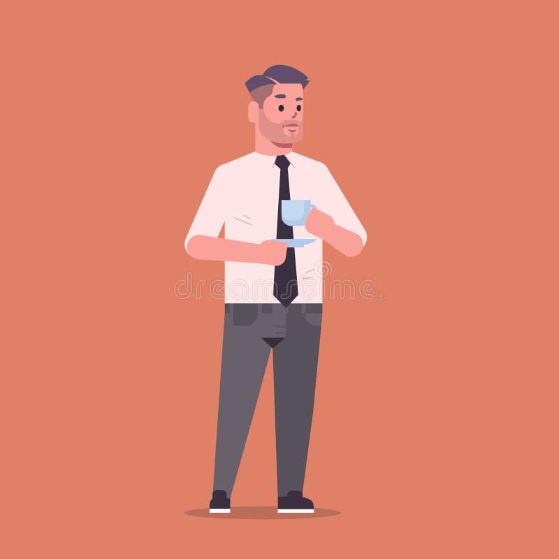 Бизнесмен в работнике офиса бизнесмена персонажа из мультфильма представления положения кофе официальной носки выпивая усмехаясь  бесплатная иллюстрация