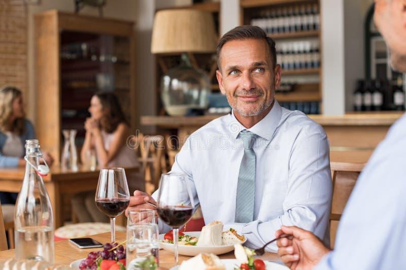 Бизнесмен в ресторане стоковое изображение
