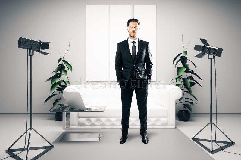 Бизнесмен в светлой комнате с лампами стоковые фото