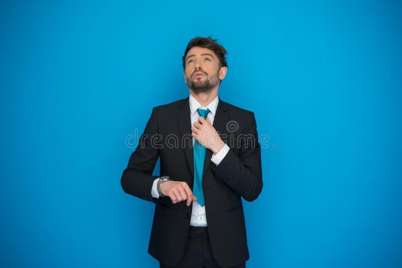 Бизнесмен в спешке смотря его вахту, бежать поздно стоковые фото