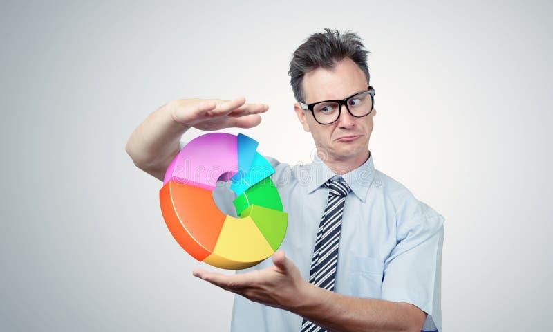 Бизнесмен в стеклах смотря диаграмму стоковое изображение rf