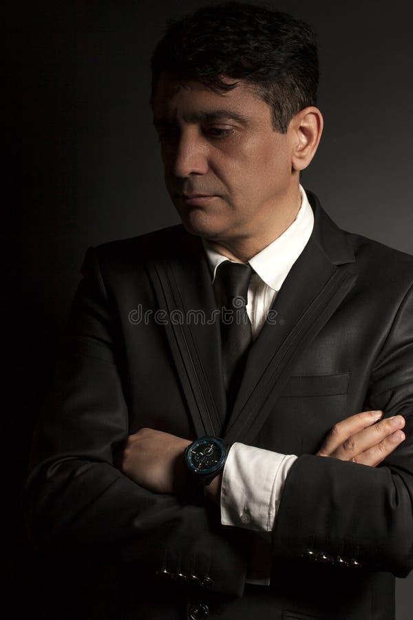 Бизнесмен в черном костюме с связью стоковое фото rf