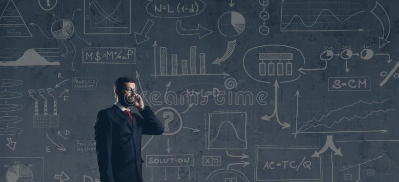 Бизнесмен в formalwear над темной предпосылкой Дело, финансы, карьера и концепция офиса стоковые изображения rf
