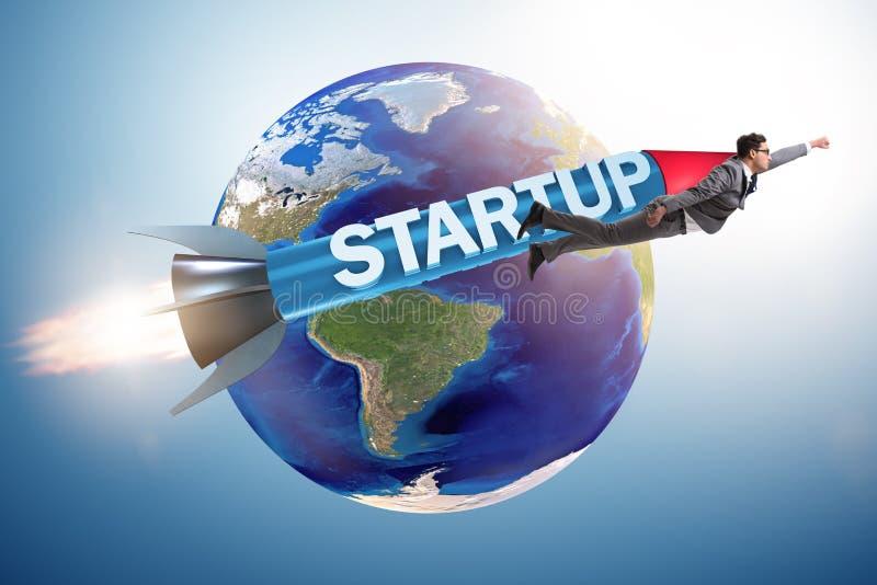 Бизнесмен в start-up летании концепции на ракете стоковые изображения