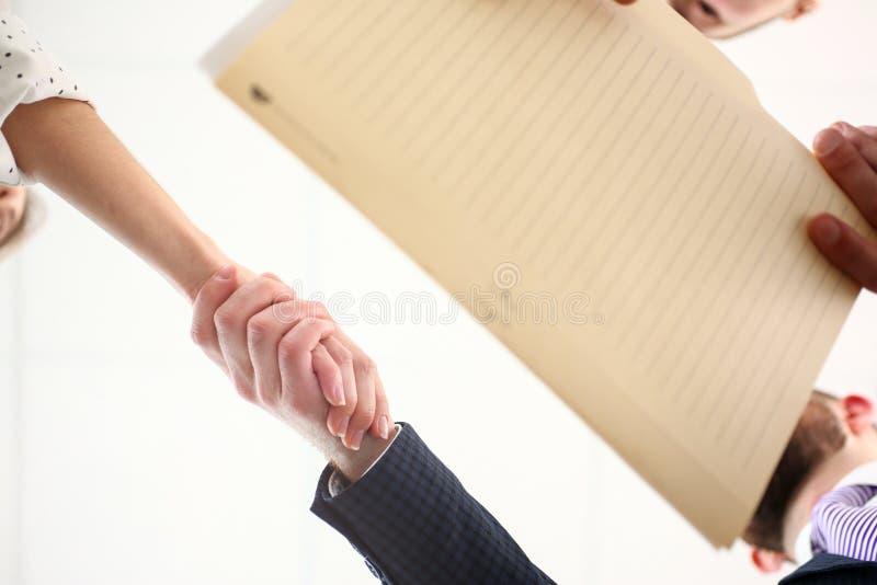 Бизнесмен говоря здравствуйте к женскому клиенту путем трясти руки как знак будущих достижений и перспектив стоковые фото