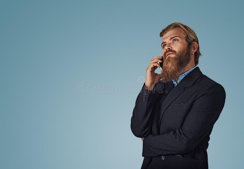 Бизнесмен говоря на мысли телефона стоковые изображения