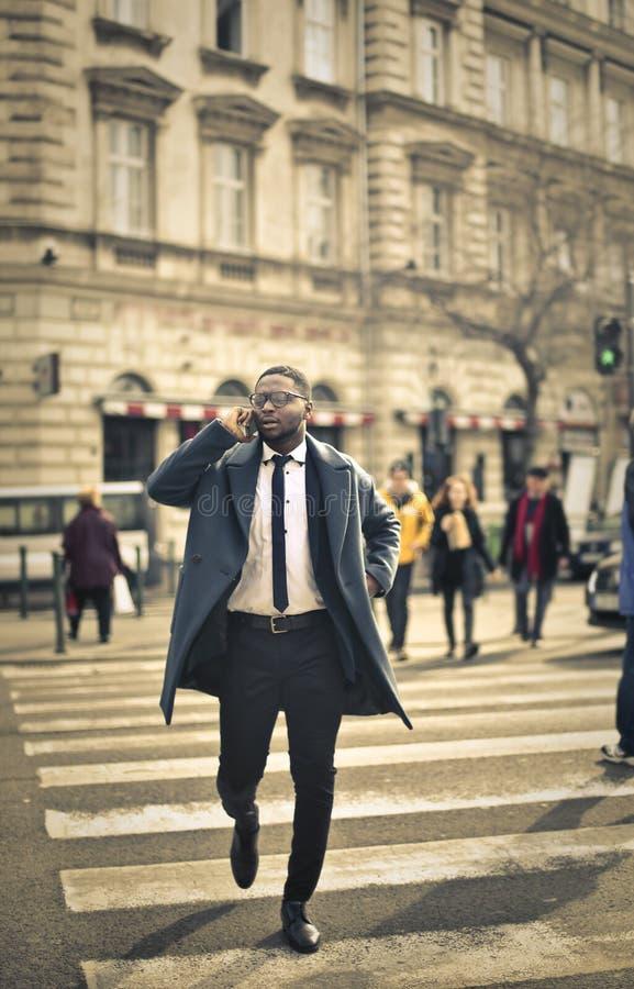 Бизнесмен говоря на телефоне стоковые фото