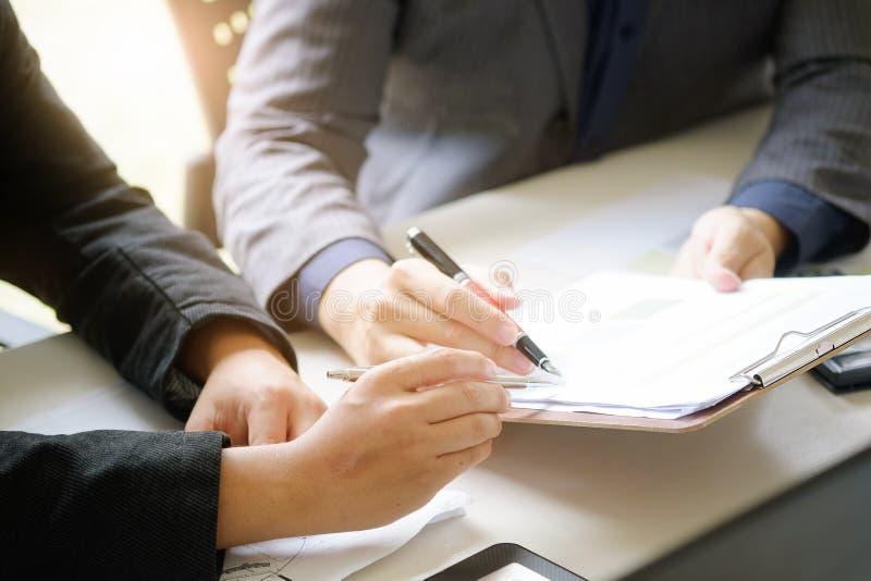 бизнесмен говоря для того чтобы посоветовать с бумагой отчета финансового стоковое фото rf
