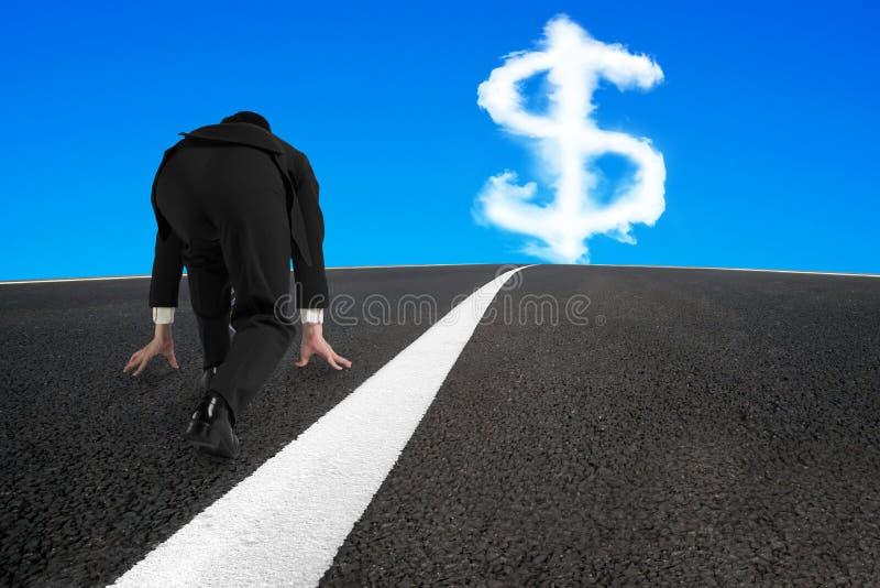 Бизнесмен готовый для того чтобы побежать на дороге асфальта с знаком доллара стоковые фотографии rf