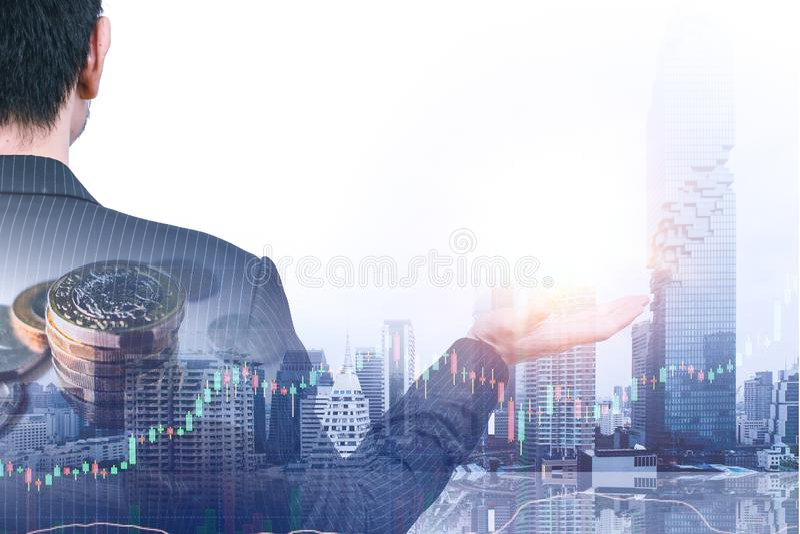 Бизнесмен давая позицию overlay с запасом денег стоковые фотографии rf