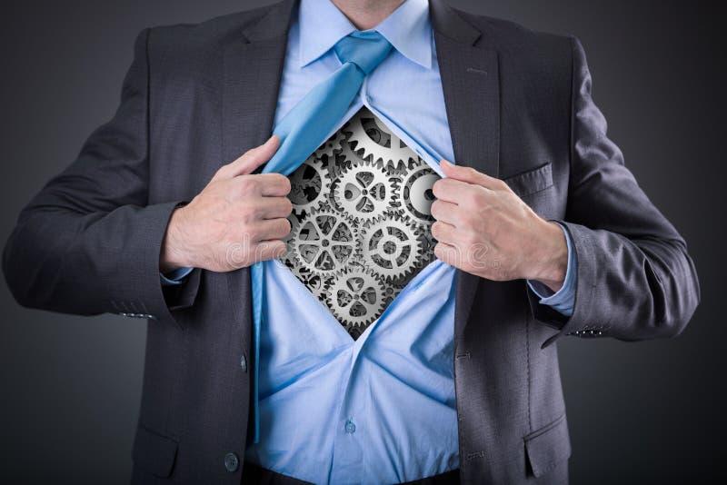 Бизнесмен действуя как супергерой и срывая его рубашку стоковая фотография rf