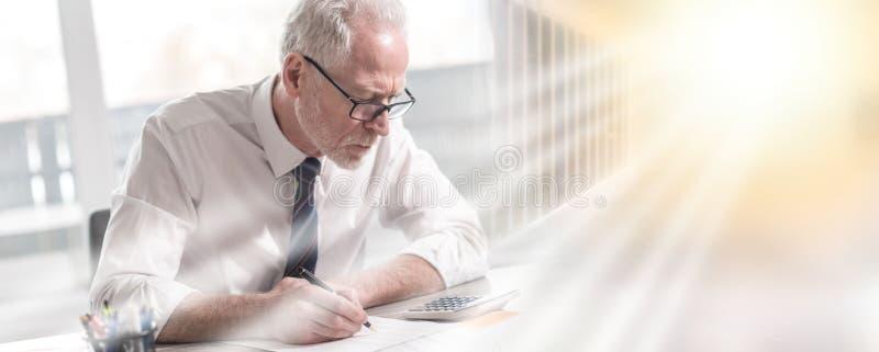 Бизнесмен делая его бухгалтерию; множественная выдержка стоковые изображения rf