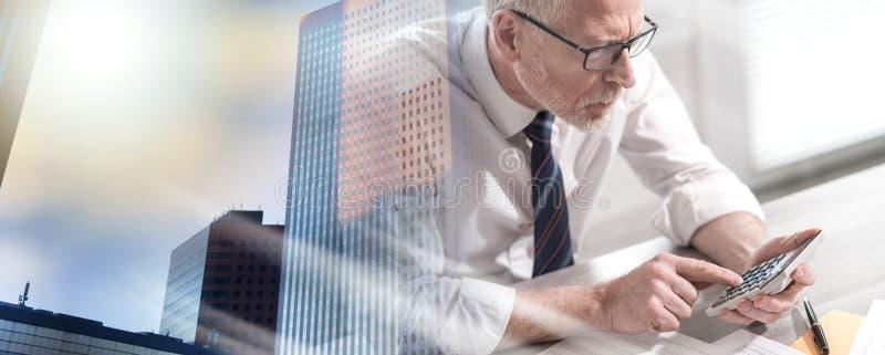 Бизнесмен делая его бухгалтерию; множественная выдержка стоковое фото rf