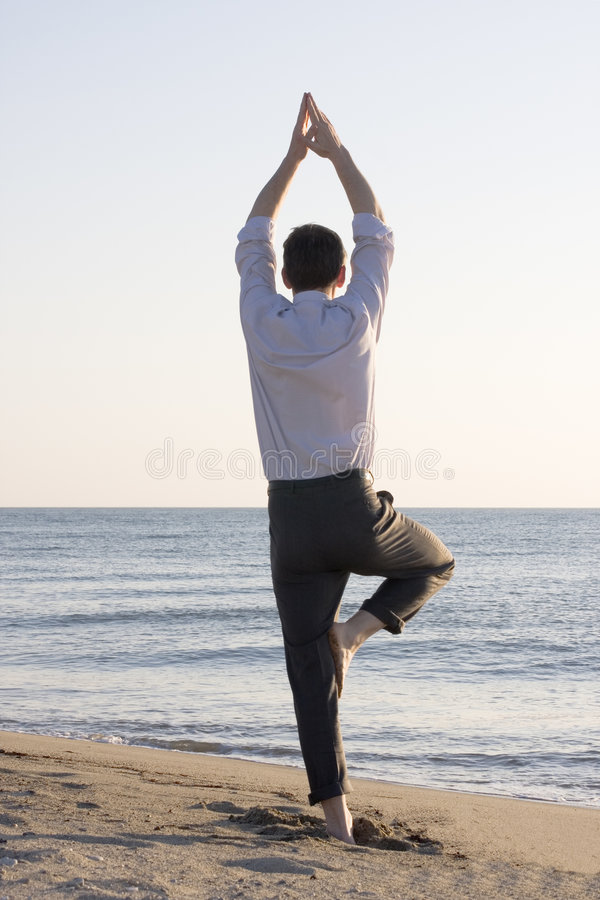 бизнесмен делая йогу стоковые изображения rf