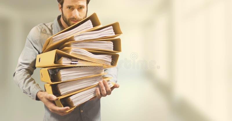 Бизнесмен держа папки против предпосылки запачканной желтым цветом стоковая фотография rf