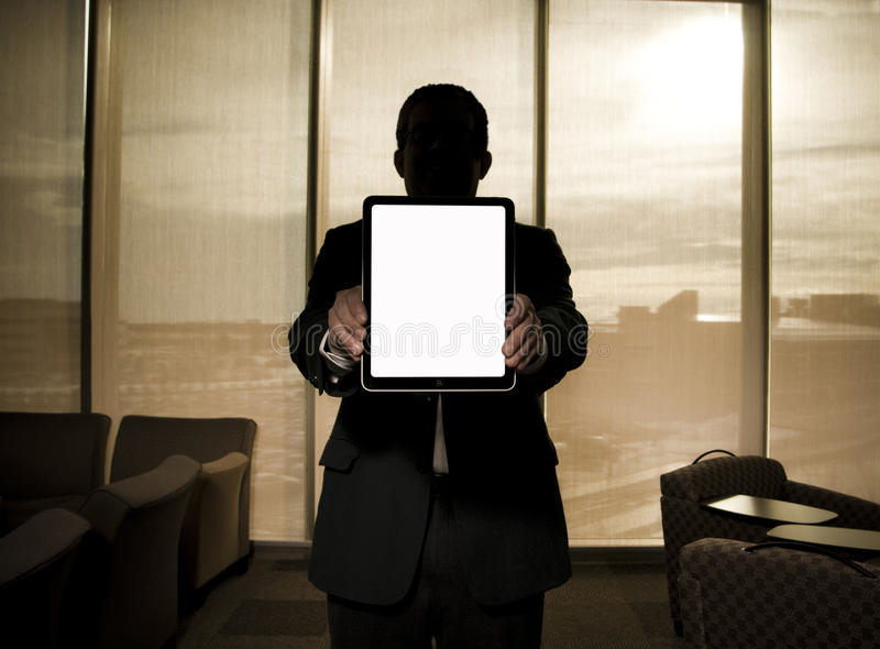 Бизнесмен держа таблетку 2 ipad стоковые фотографии rf