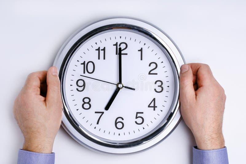 Бизнесмен держа часы Время дела концепции деньги стоковая фотография rf
