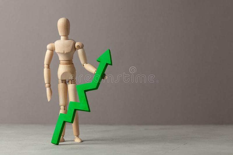 Бизнесмен держит зеленый цвет вверх по стрелке Вычет в подъеме индикаторов в деле за счет руководителя Экземпляр стоковая фотография rf