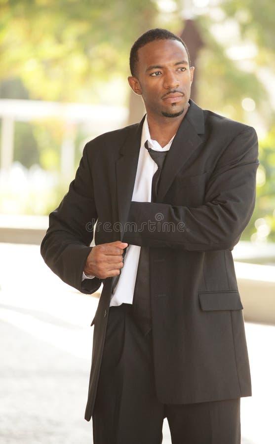 Бизнесмен достигая в его карманн стоковое фото rf