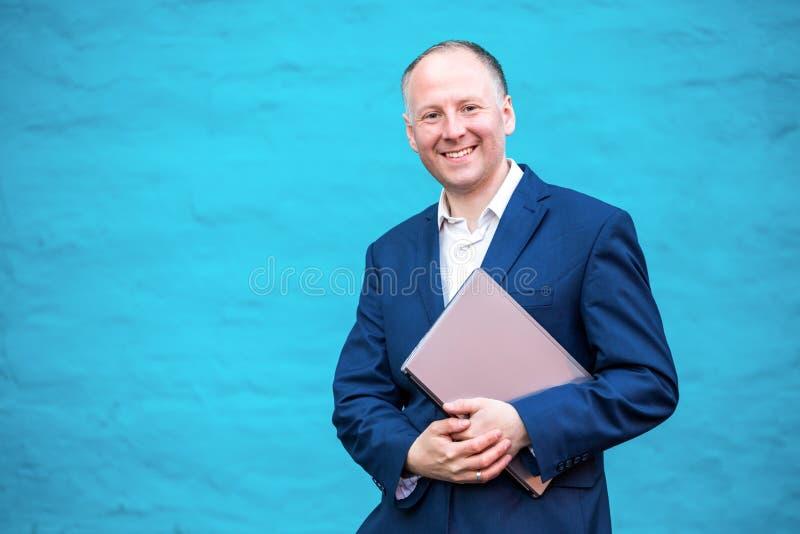 бизнесмен его компьтер-книжка стоковая фотография