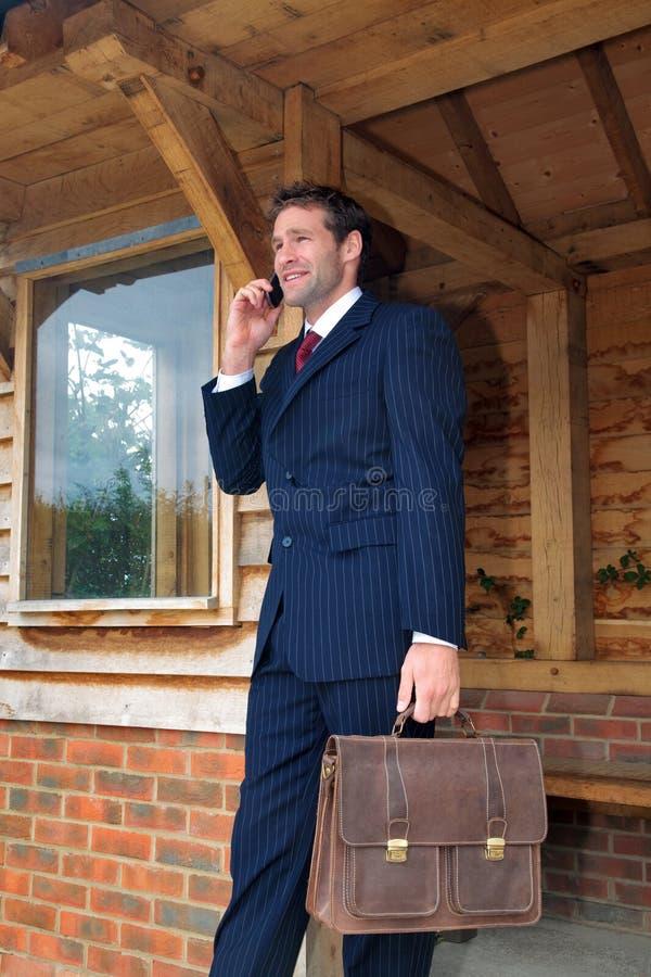 бизнесмен его мобильный телефон стоковые изображения rf